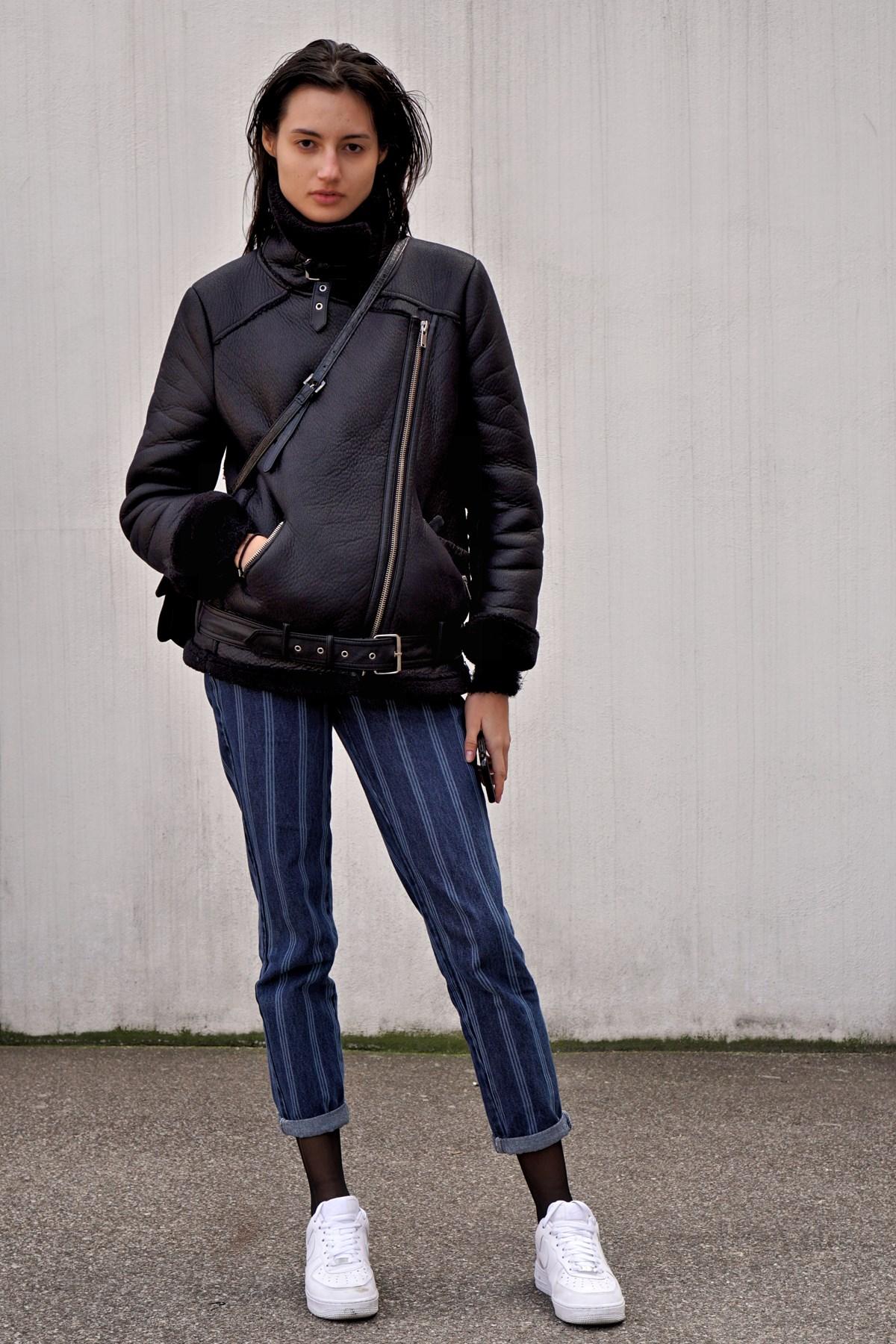 giacca nera guanti e sciarpa chiari
